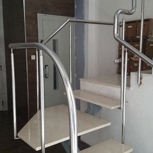 escalera con barandilla de acero inoxidable lateral
