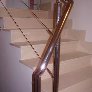 escalera con pasamano de acero inoxidable