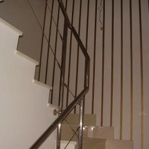 escalera con baranda de acero inoxidable inferior