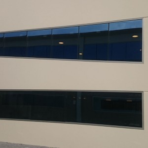 ventanales aluminio en Bodega Iniesta frontal
