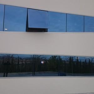 ventana abatible en aluminio Bodega Iniesta