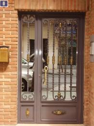 puerta de entrada en hierro