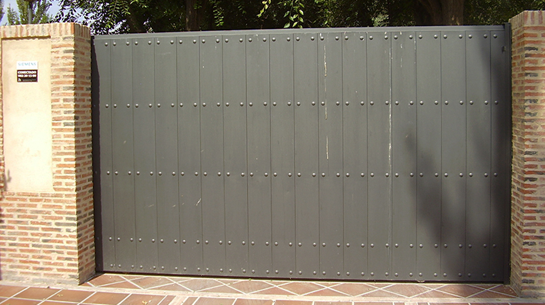 Puertas de garaje en albacete albauni n cerrajeros sl for Puerta garaje metalica