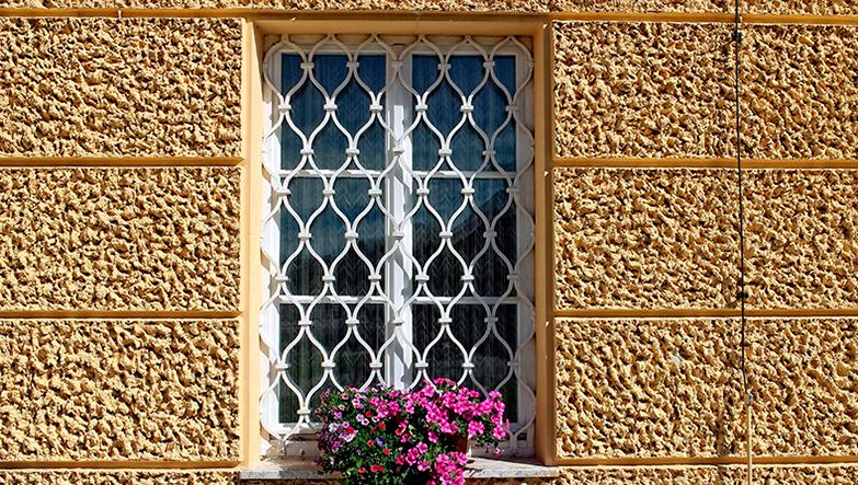ventana con rejas metalicas