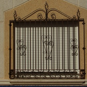 ventana frontal con reja metálica