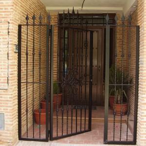 puerta con reja de metal abierta
