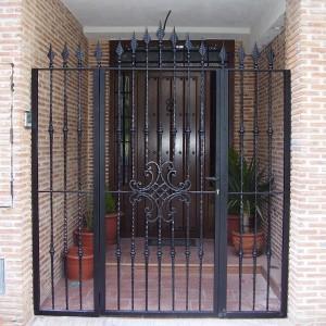 entrada del portal con reja metálica