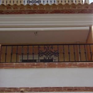 cerramiento en balcón con reja metálica frontal