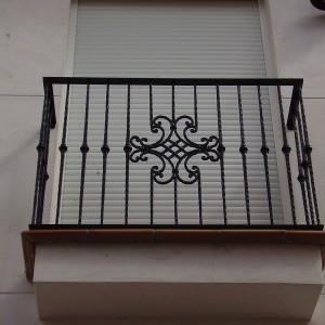 balcón con reja de metal frontal